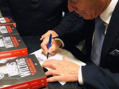 Klaas Wilting signeert in het begin