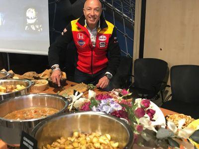 Tom bij het buffet